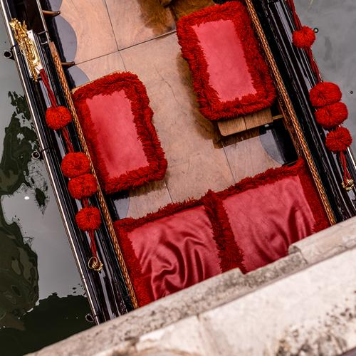 rote Sitze in einer venezianischen Gondel von oben auf einer Brücke gesehen. Hocker Gondel (Boot) Venedig Italien Kanal Tourismus Wasser Hafenstadt Stadt