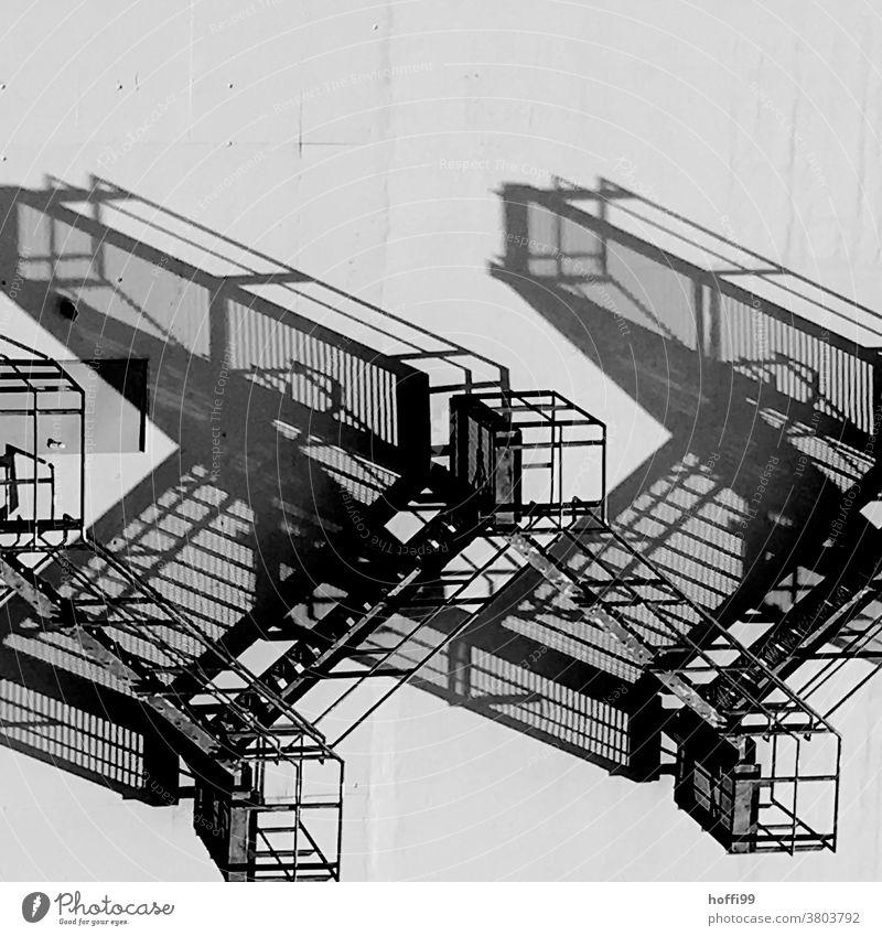 surreales Schattenspiel einer Fluchttreppe abstrakt Licht Treppe Aussentreppe Fluchtweg Architektur Treppengeländer Strukturen & Formen Fassade Gebäude Muster