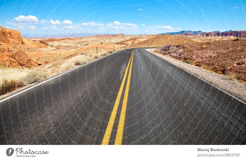 Panoramastraße im Valley of Fire State Park, Nevada, USA. Straße wüst Reise Autobahn Asphalt amerika Freiheit Gesteinsformationen Landschaft Natur Ausflug