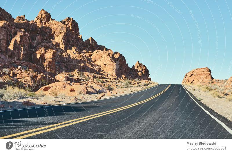 Panoramablick auf die Wüstenstraße von Nevada, USA. reisen altehrwürdig Straße Autobahn wüst Abenteuer amerika retro gefiltert Himmel Reise Landschaft Laufwerk