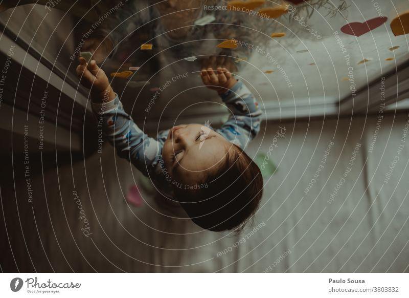 Kleinkind spielt am Fenster zu Hause Kaukasier zu Hause bleiben Kindheit Quarantäne authentisch Innenaufnahme Interesse Gesicht Farbfoto Junge
