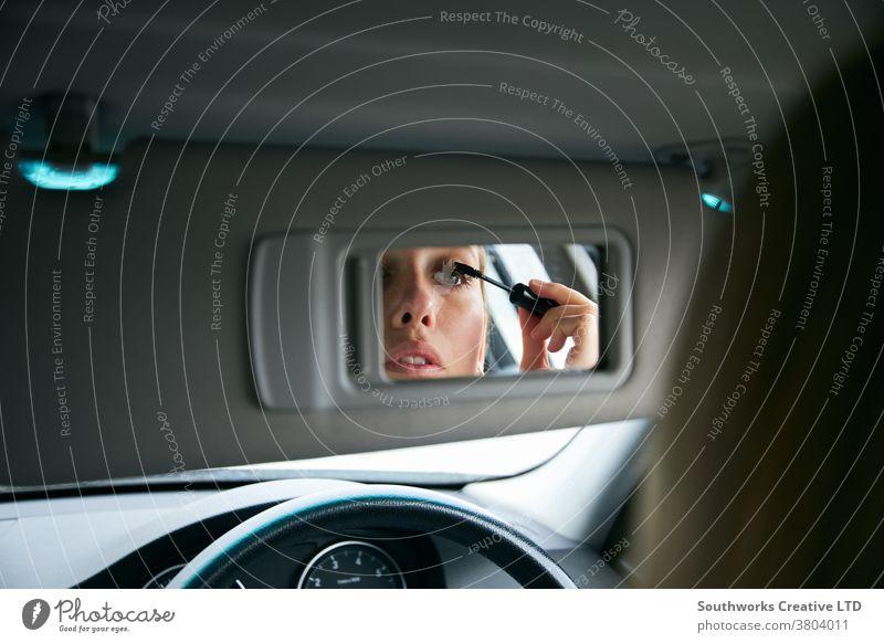 Junge Geschäftsfrau im Auto, die sich schminkt, bevor sie ins Büro geht Business PKW zusammenstellen anmachend zu spät zur Arbeit Fahrer fahren