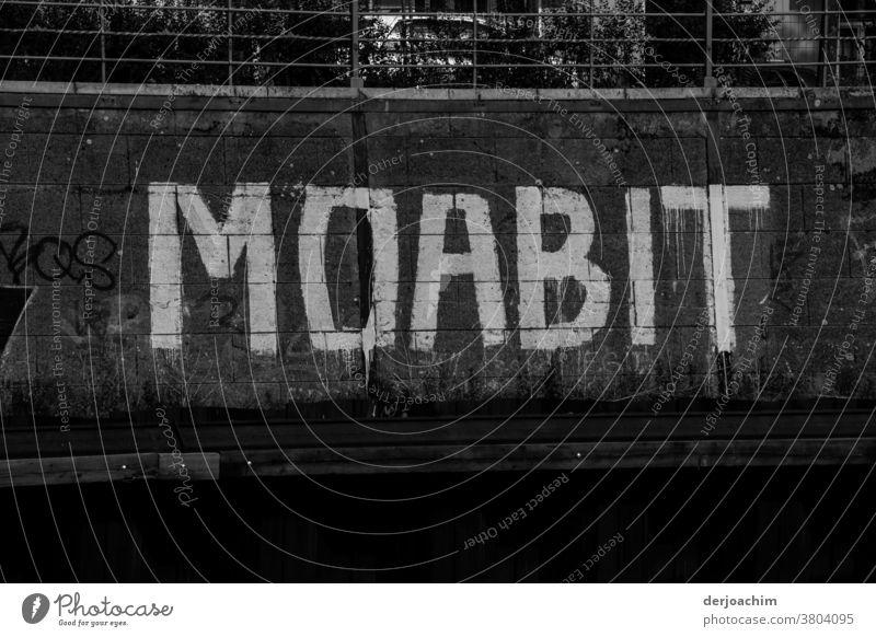 In großer weiser Schrift auf dunklem Untergrund , vom Landwehrkanal  gut zu sehen. steht  : MOABIT . Schriftzeichen Buchstaben Schilder & Markierungen