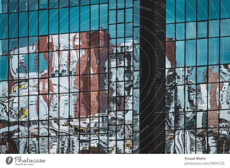 Abstrakte Reflexionen auf der verglasten Fassade eines Bürogebäudes Gebäude abstrakt Reflexion & Spiegelung Fenster urban Architektur Struktur geometrisch
