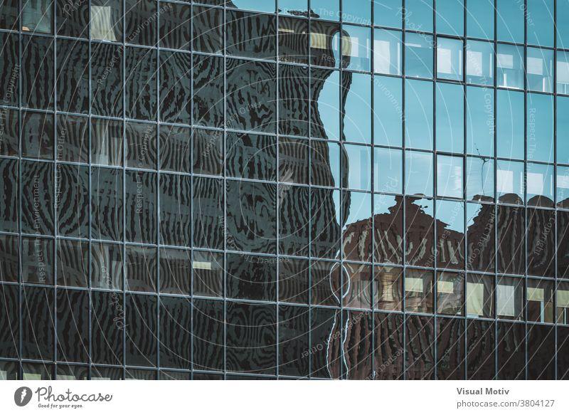 Stadtsilhouetten, die sich auf der verglasten Fassade eines Bürogebäudes spiegeln Gebäude abstrakt Reflexion & Spiegelung Fenster urban Architektur Struktur