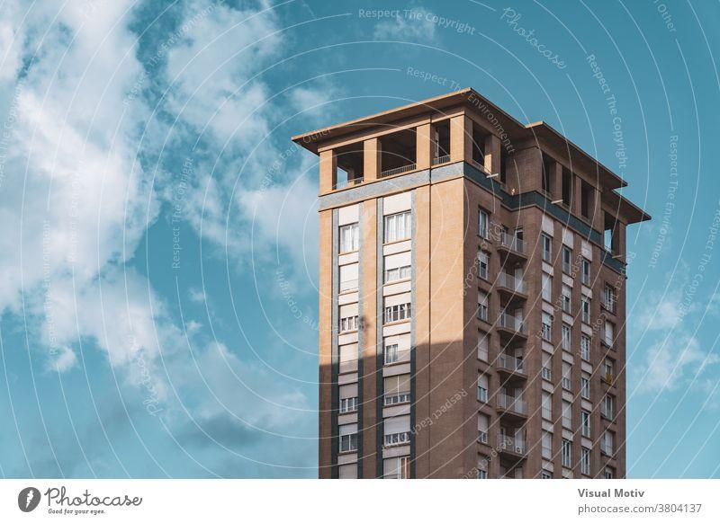 Obergeschosse und Aussichtsplattform eines alten Wohnhochhauses Gebäude Fassade Wolkenkratzer Fenster Ober... Böden urban Architektur Metropolitan Struktur