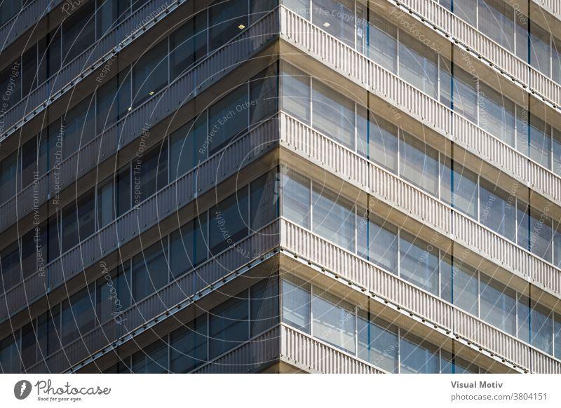 Symmetrische Ansicht der mit einem Netz bedeckten Ecke eines Wohngebäudes Gebäude Fassade Eckstoß Fenster urban Architektur Balkone Struktur geometrisch