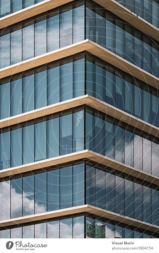 Symmetrische Ansicht der Ecke eines Bürogebäudes mit vertikalen verglasten Fenstern Gebäude Fassade Eckstoß symmetrisch abstrakt urban Architektur Struktur