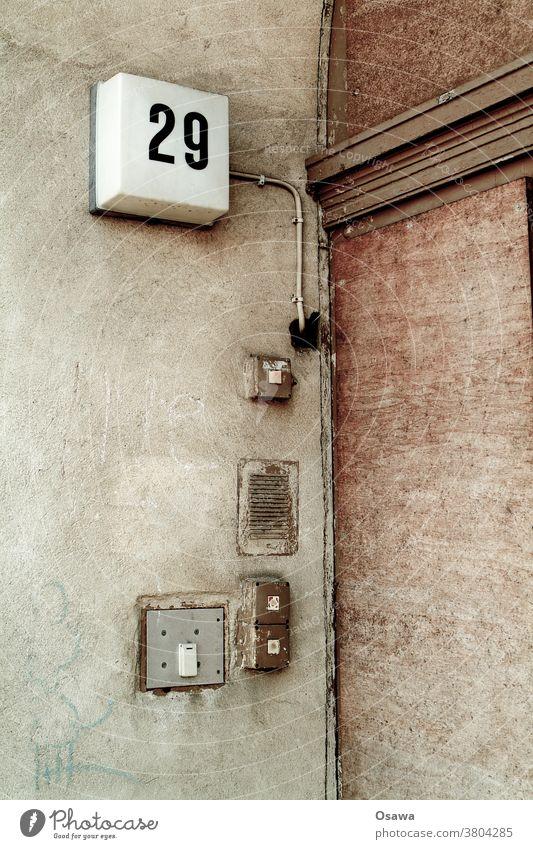 Hauseingang Nummer 29 Hausnummer Eingang Tür Haustür Türklingel Lichtschalter Wohnhaus verfallen Fassade Eingangstür Außenaufnahme Menschenleer Farbfoto