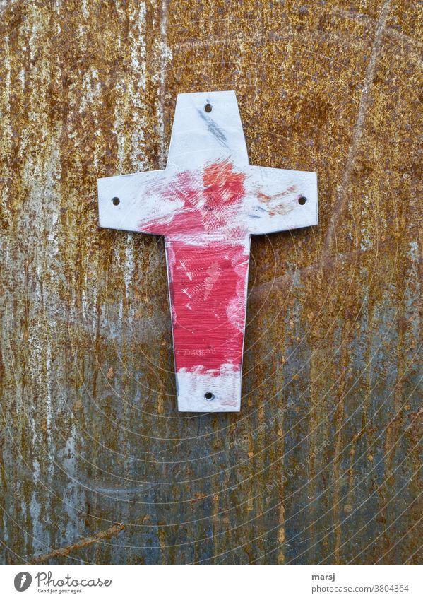 Rot angeschmiertes Kreuz vor rostigem Hintergrund Christliches Kreuz Religion & Glaube Kruzifix alt Ostern Karfreitag korrodiert Ruhe Hoffnung