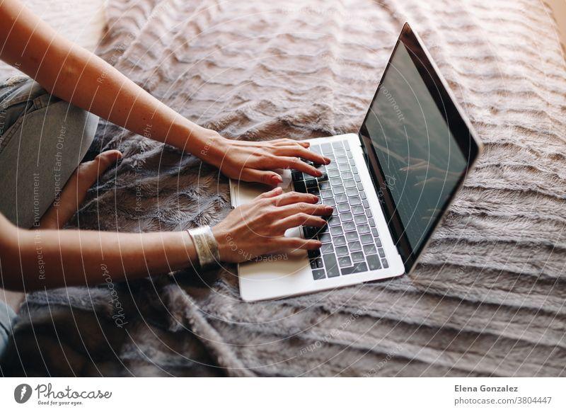 Frauenhände beim Tippen auf der Laptop-Tastatur im gemütlichen Schlafzimmer arbeiten Sitzen Hände Raum macbook Geschäftsfrau benutzend Computer heimwärts Person