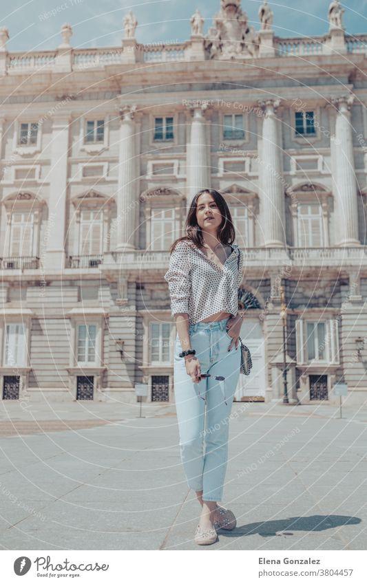 Schöne Touristin posiert in der Nähe des Königspalastes von Madrid, Spanien königlicher Palast jung Frau Mädchen Mode modisch Tasche Handtasche Geldbörse reisen