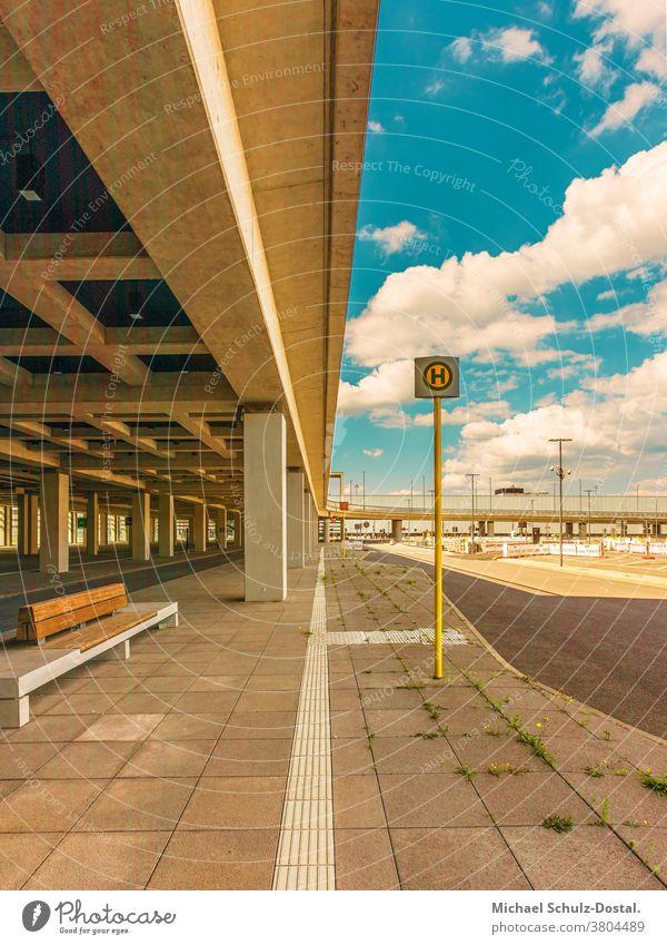 urbane Architektur - Betonlinienmmit Bushaltestelle Urban stadt city metropol flughafen berlin architektur grafisch farbe form fläche minimal geometrie harmonie