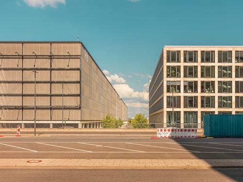 Urbane Architektur - Parkhaus und Bürohaus stadt city metropol flughafen berlin architektur grafisch farbe form fläche minimal geometrie harmonie straße