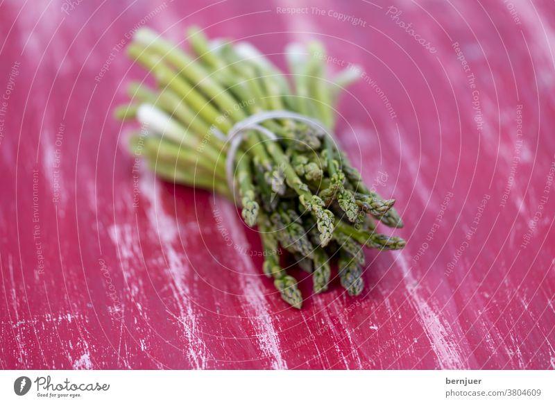 grüner Spargel auf einem roten Tisch Haufen gesund Hintergrund Lebensmittel roh natur Bio Diät Vegetarisch Gemüse Abendessen Kochen frisch lecker Einzelgericht