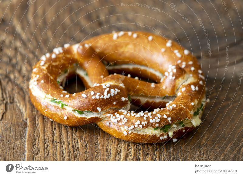 bayerische Brezel mit Butter auf Holz Butterbrezel Brezn Brot Deutschland Snack frisch Frühstück lecker Kaffee Hintergrund Mahlzeit Brotzeit Essen Tisch
