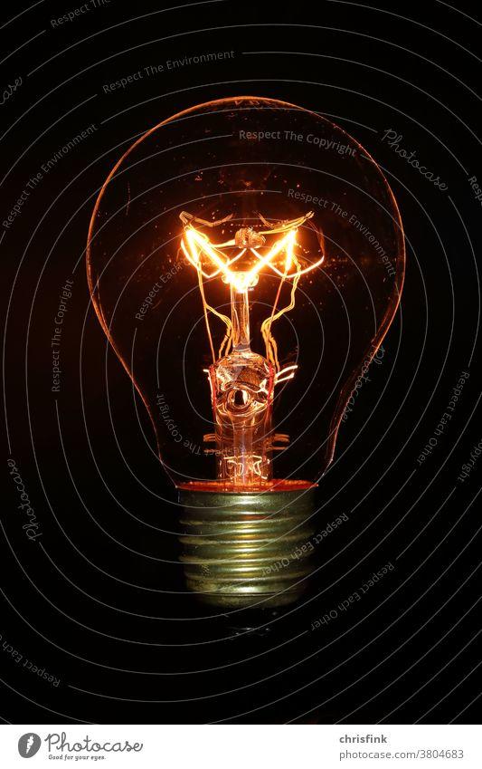 Glühlampe Glühbirne vor schwarzem Hintergrund glühlampe glühbirne licht dunkel dunkelheit strom energie elektrizität Energiewirtschaft Erneuerbare Energie