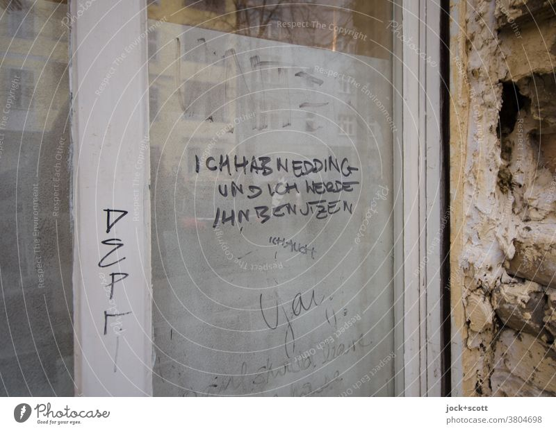 Du hast einen Stift und du wirst ihn benutzen Kreativität Subkultur Straßenkunst Text handschriftlich Handschrift Schmiererei Wort Deutsch Glasscheibe Glastür