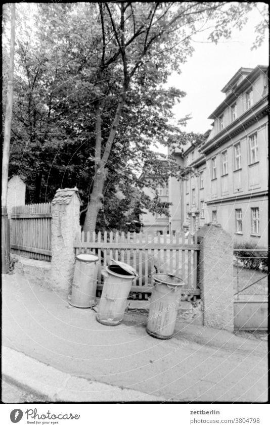 Drei Mülltonnen müll mülltonne abfall abfalltonne abfallbehälter müllabfuhr entsorgung wohnen wohngebiet haus wohnhaus schräg schief abwärts aufwärts bergauf
