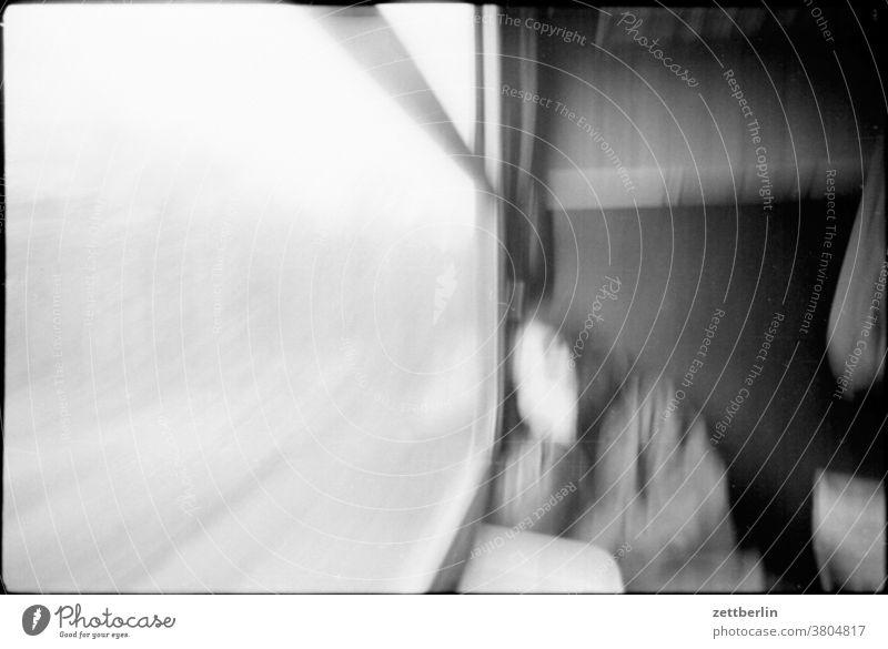 Schlafende Frau im Zug frau zug eisenbahn reise verreisen zugfahrt schlaf schlafen abteil fenster zugabteil portrait unscharf unschärfe verwischt verwackelt