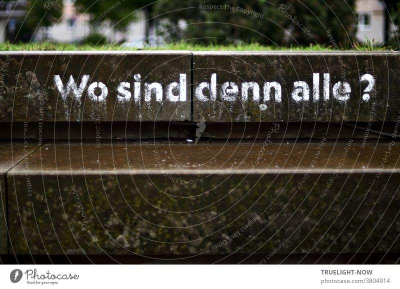 HAPPY BIRTHDAY PHOTOCASE ZUM 19. GEBURTSTAG!!! | Kunst am Bau. Seid ihr alle daaa? Kunstaktion im öffentlichen Raum. Text am Platz der Einheit Potsdam, weiße Schrift auf Beton: Wo_sind_denn_alle?