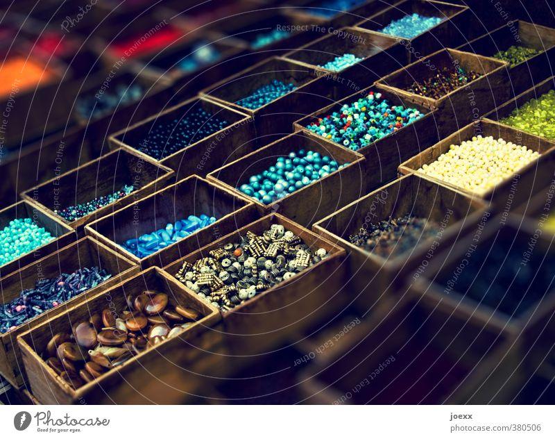 Holz und Stein Sammlung alt schön mehrfarbig Heilsteine Esoterik Holzkiste Farbfoto Innenaufnahme Menschenleer Tag Schatten Kontrast Schwache Tiefenschärfe