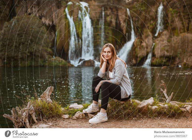 Hübsche blonde Frau genießt die Natur in der Nähe von malerischen Wasserfällen attraktiv Gleichgewicht schön Schönheit das Leben genießen die Natur genießen