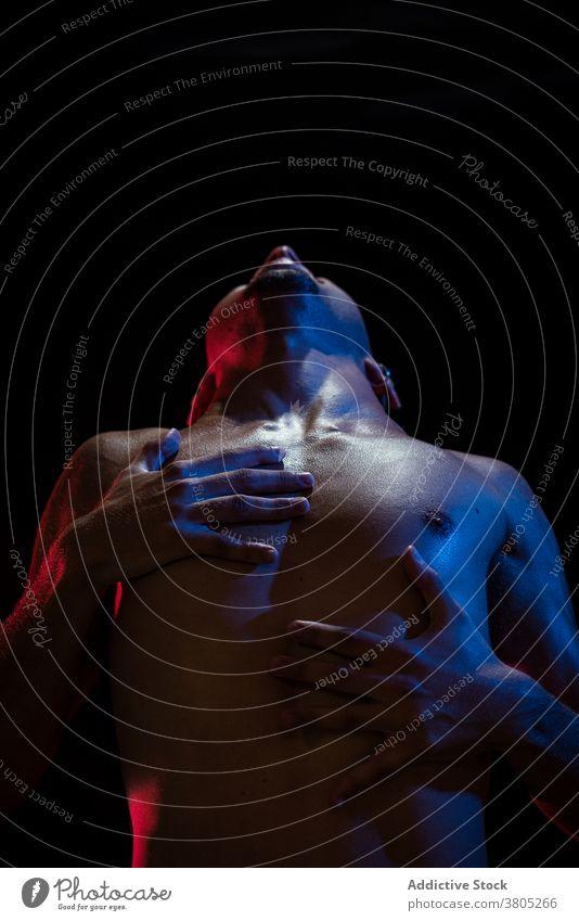 Mann schreit beim Berühren von Brust und Hals Schrei schreien Verzweiflung Depression unglücklich Stress Problematik weinen Ärger männlich angriffslustig