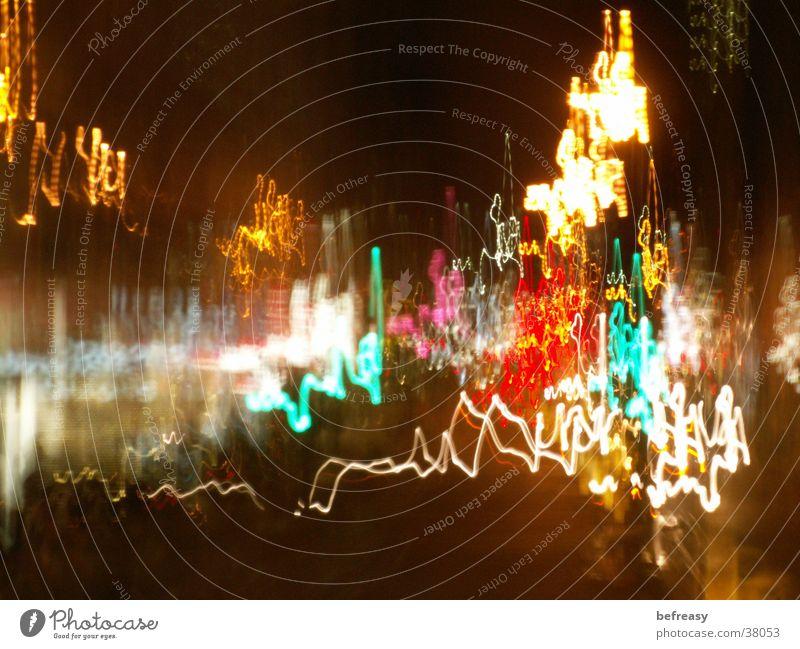 Lichterwirrwarr Langzeitbelichtung Leuchtreklame Nachtlicht Straßenbeleuchtung mehrfarbig Lichtstreifen