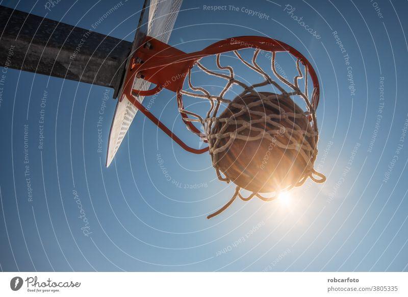 Basketball und einen Außenplatz auf der Straße. Spaß Sport urban Menschen cool Männer Ball Schuss jung Spiel männlich Erwachsener Gericht springen Reifen