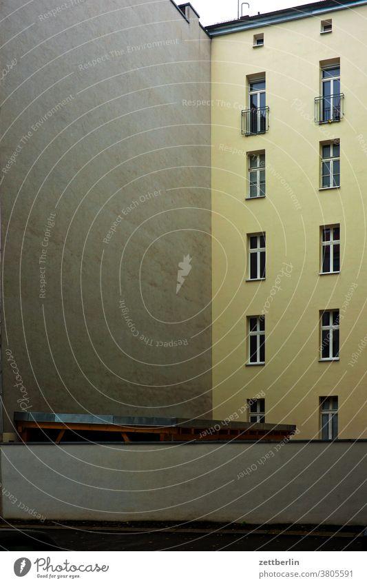 Hinterhoffassade mit Textfreiraum altbau außen berlin brandmauer fenster hauptstadt haus herbst himmel himmelblau hinterhaus hinterhof innenhof innenstadt