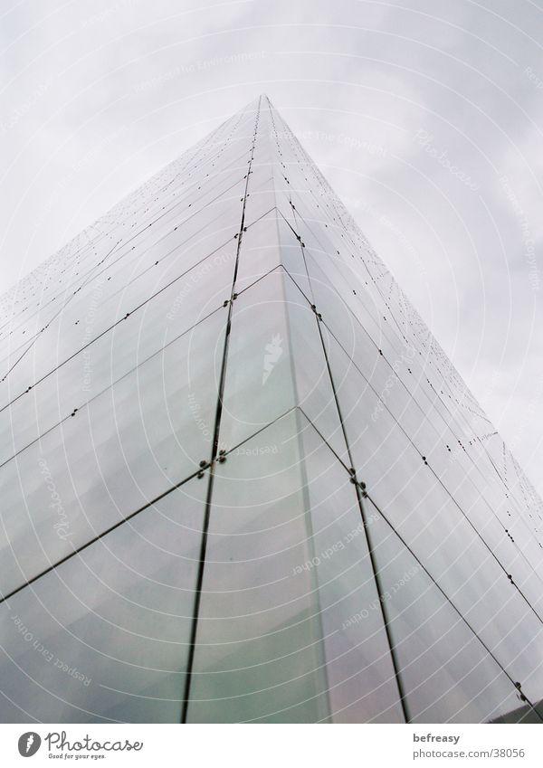 Wolkenkratzer Gebäude Architektur verspiegelt Himmel blau Ecke