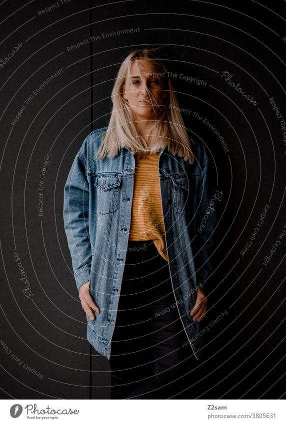 Porträt einer jungen Dame mit Jeansjacke jeansjacke Gesicht cool lässig Dschungel Lifestyle jugendlich lehnen natürlich lange haare schoen hübsch blond Modus