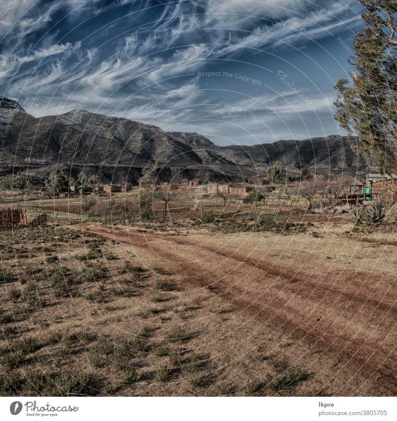 in einem lesothischen Straßendorf in der Nähe eines Berges Lesotho Afrika Berge u. Gebirge Süden Landschaft drakensberg Himmel Pass Natur ländlich grün