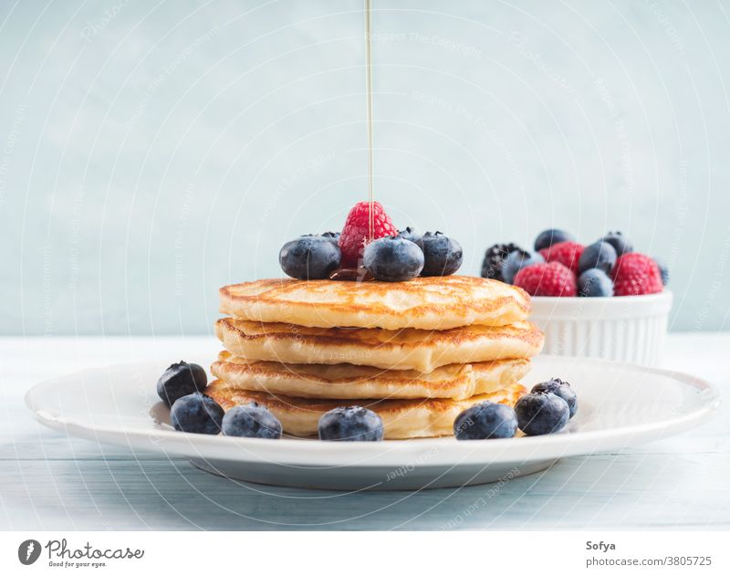 Stapel Pfannkuchen mit Heidelbeeren und Sirup Lebensmittel Amerikaner Blaubeeren Frühstück Ahornsirup eingießen Bewegung Beeren Liebling lecker Frucht süß weiß
