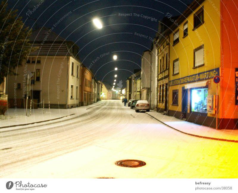 Verschneiter Morgen weiß Straße dunkel Schnee
