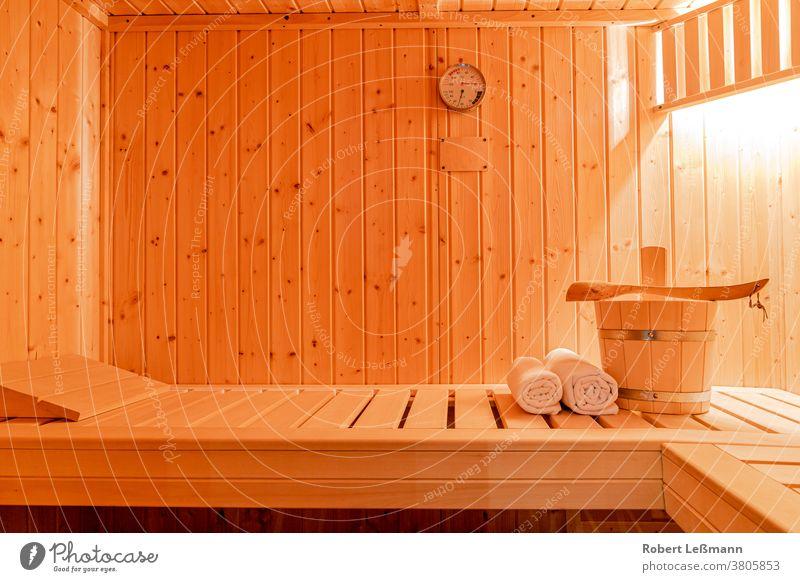 eine kleine private Sauna Aufguss Erholung Wellness Eimer Handtücher Kelle Urlaub Sauna-Klimamesser Thermometer Hygrometer Textfreiraum Entspannung Hitze Holz