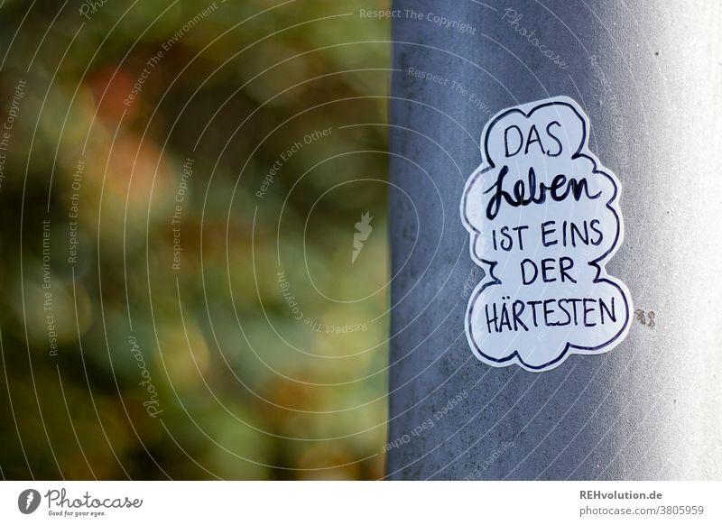 Aufkleber mit Spruch Idee nachdenken denker fantasie kleben Text worte Laternenpfahl streetart Sticker Buchstaben Typographie Worte Kommunikation