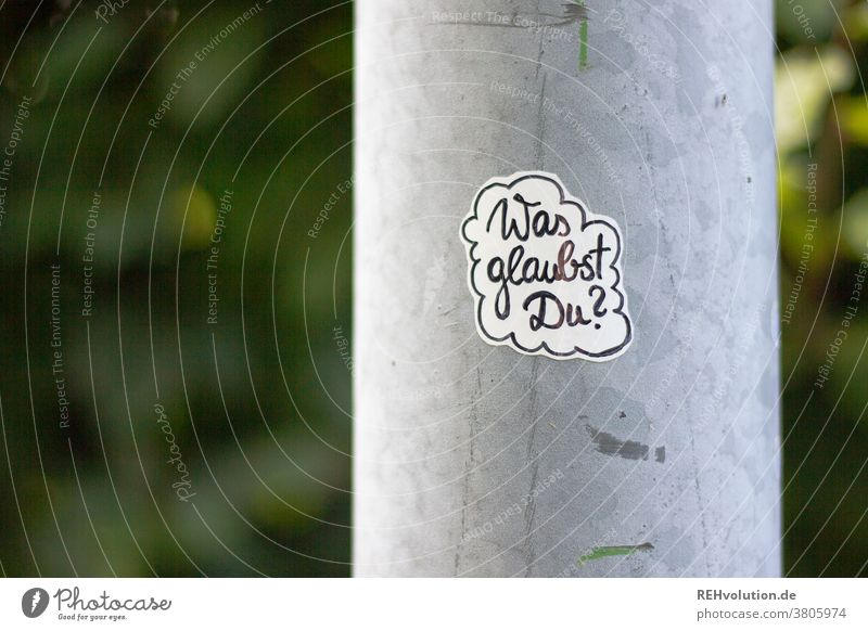 Sticker - Was glaubst Du? Aufkleber Frage Glaube Glaube & Religion Christentum atheismus hinterfragen Zweifel Dialog Handschrift Laterne draußen Kirche Gott