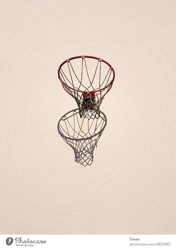 Basketballkorb und sein Schatten an heller Hauswand Sport sportlich Freizeit & Hobby Textfreiraum oben Textfreiraum unten Zentralperspektive Menschenleer
