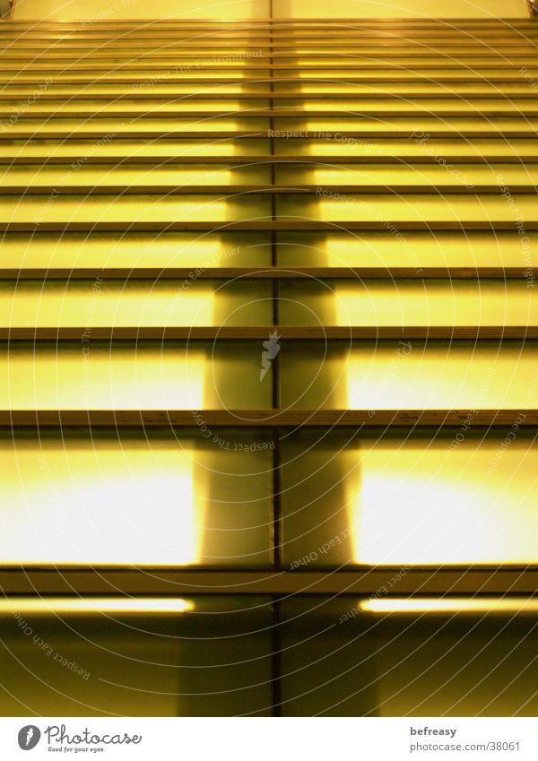 glastreppe Licht gelb gestreift strahlend aufsteigen Abstieg Architektur Treppe tief Glas
