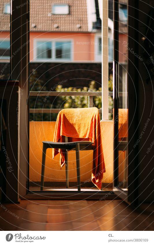 stuhl mit handtuch Stuhl Handtuch Wohnung Balkon zuhause Häusliches Leben Alltagsfotografie Alltagsleben Wäsche trocknen orange Haushalt Tür lüften