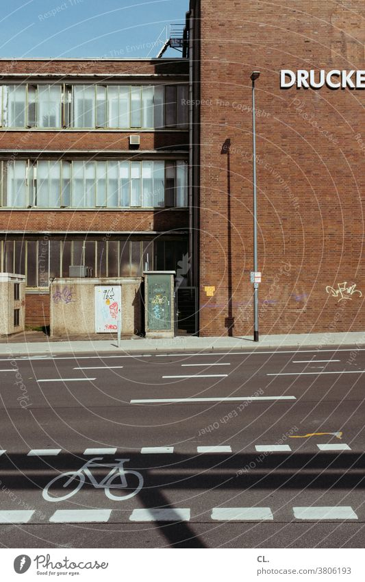 fahrradweg Straße Fahrradweg Verkehr Verkehrswege Gebäude gehweg Straßenverkehr Mobilität Wege & Pfade Fahrradfahren Verkehrsmittel Stadt Menschenleer