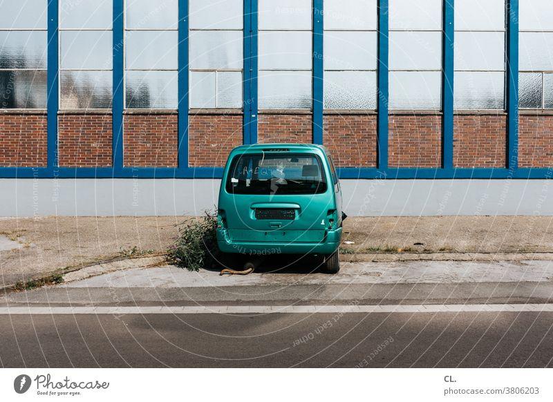 auto kaputt Auto Straße alt Verkehr Stillstand PKW Fahrzeug Verkehrsmittel Straßenverkehr Verkehrswege Wege & Pfade Mobilität Farbfoto Außenaufnahme