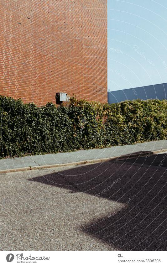 ecke mit hecke Ecke Hecke abstrakt Wand gehweg Straße Himmel Gebäude Gebäudeteil Architektur Strukturen & Formen Außenaufnahme Menschenleer