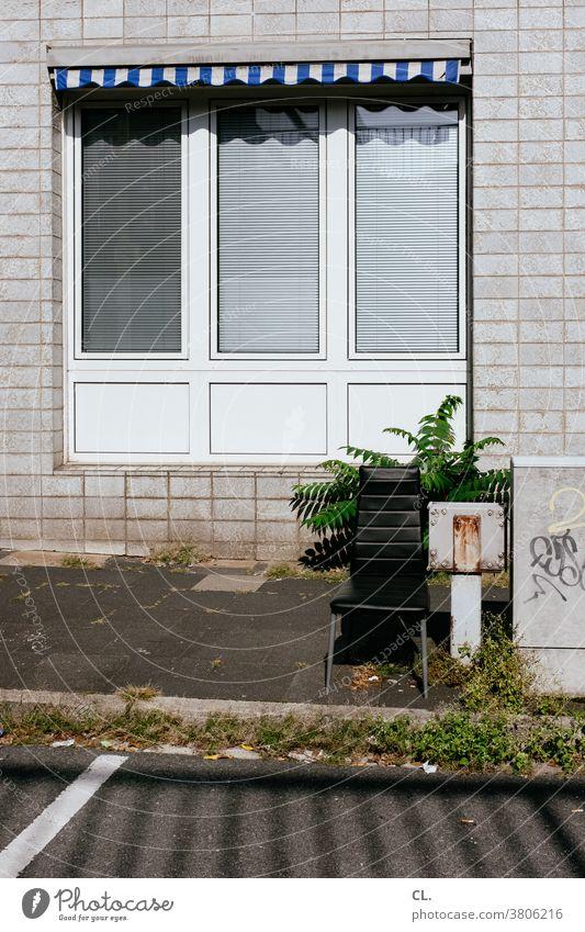 sitzgelegenheit Stuhl Straße Fenster Markise trist gehweg Wand Müll Unkraut Sitzgelegenheit skurril sperrmüll Sperrmüll alt Möbel kaputt Farbfoto Menschenleer
