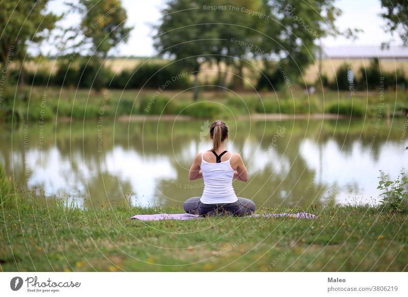 Yoga-Übungen im Freien / Ein junges Mädchen / Porträt brunette fitness grass model park person picnic portrait pretty relaxation romantic sensuality smile sport