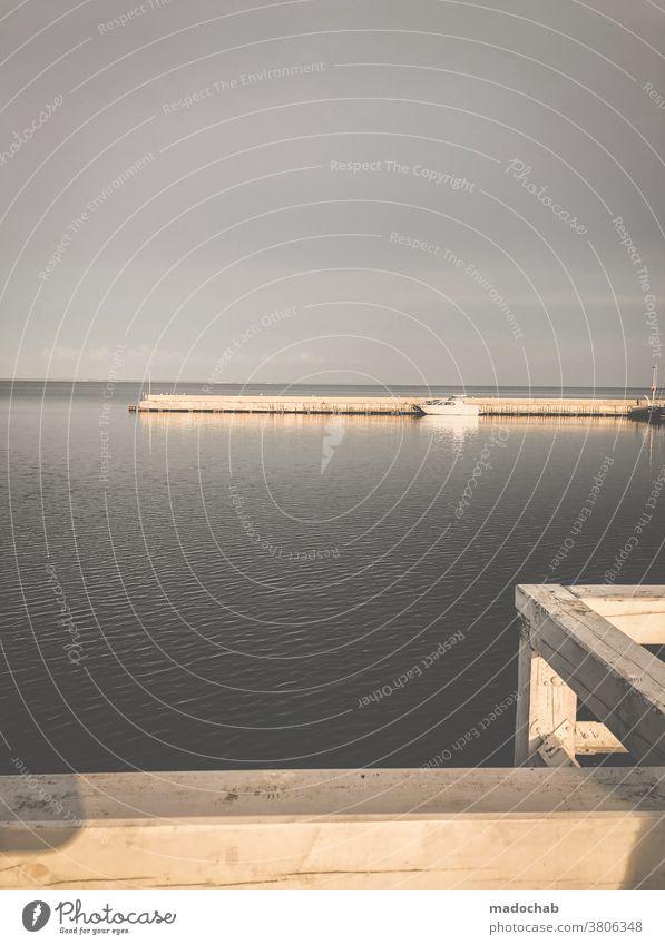 Stille Hafen Schiff Boot Meer stille Wasser maritim Wasserfahrzeug Menschenleer allein ruhig Schifffahrt Leer Steg Anleger Außenaufnahme Farbfoto Tag