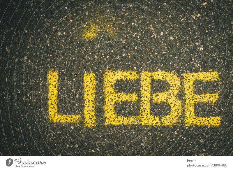 """Ein Weg mit Straßenmalerei mit dem Wort """"LIEBE"""" Liebe Kreide Asphalt Sprühkreide Strassenmalerei malen Kreativität Kunst Straßenkunst Schriftzeichen Buchstaben"""