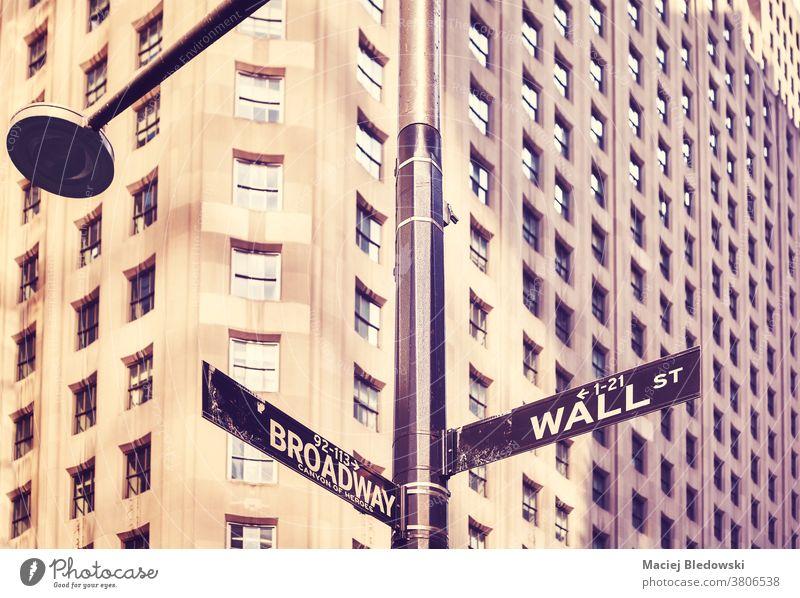 Wall Street und Broadway Straßenschild in Manhattan, New York, USA. New York State Zeichen Großstadt retro altehrwürdig Symbol Gebäude amerika nyc Business